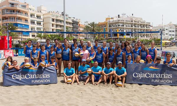 Niños y jóvenes de Arona podrán aprender y disfrutar del vóley playa de la mano de Fundación CajaCanarias en Las Vistas