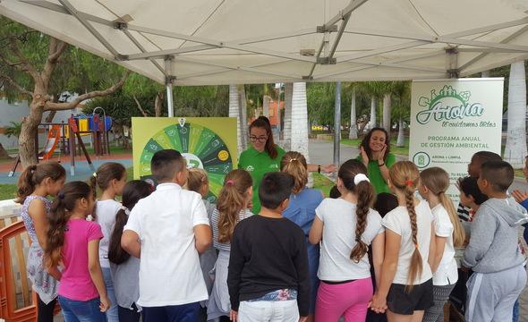 """El municipio expone los enseres que se depositan en las calles del municipio en el marco de la campaña """"Arona + Limpia"""