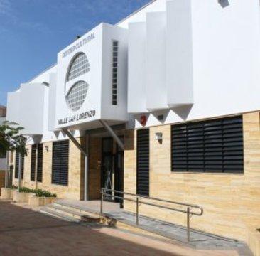 La imagen muestra el exterior del centro cultural de Valle de San Lorenzo ( mar 11)
