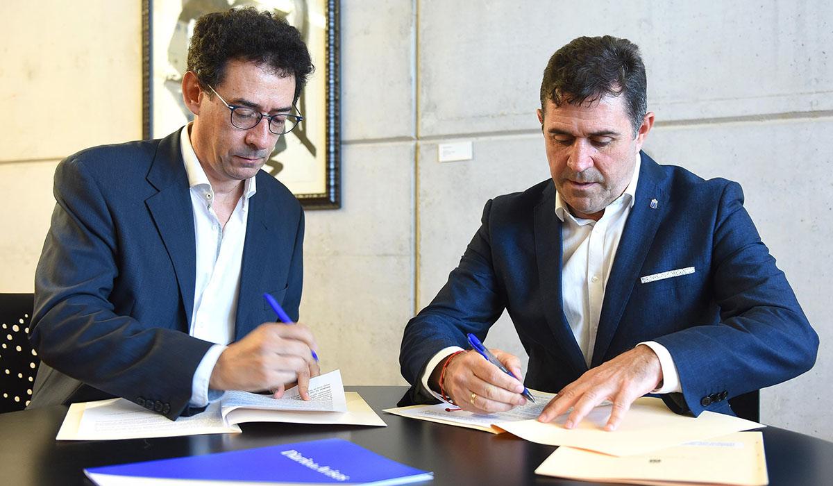 Lucas Fernández, presidente del Grupo Plató del Atlántico, firma el acuerdo junto a Miguel Ángel Clavijo, director general de Patrimonio Cultural. Sergio Méndez