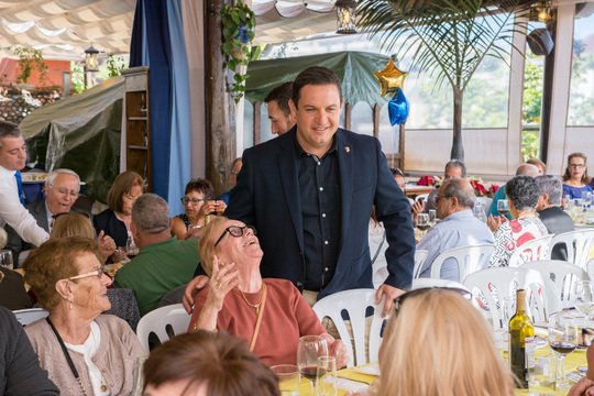 Ochocientos ochenta mayores de los nueve centros de Arona disfrutan del almuerzo de Navidad